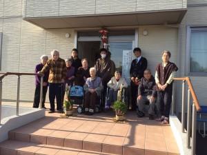 長生郡一宮のあすなろの家 お正月飾りの前で利用者様と記念撮影